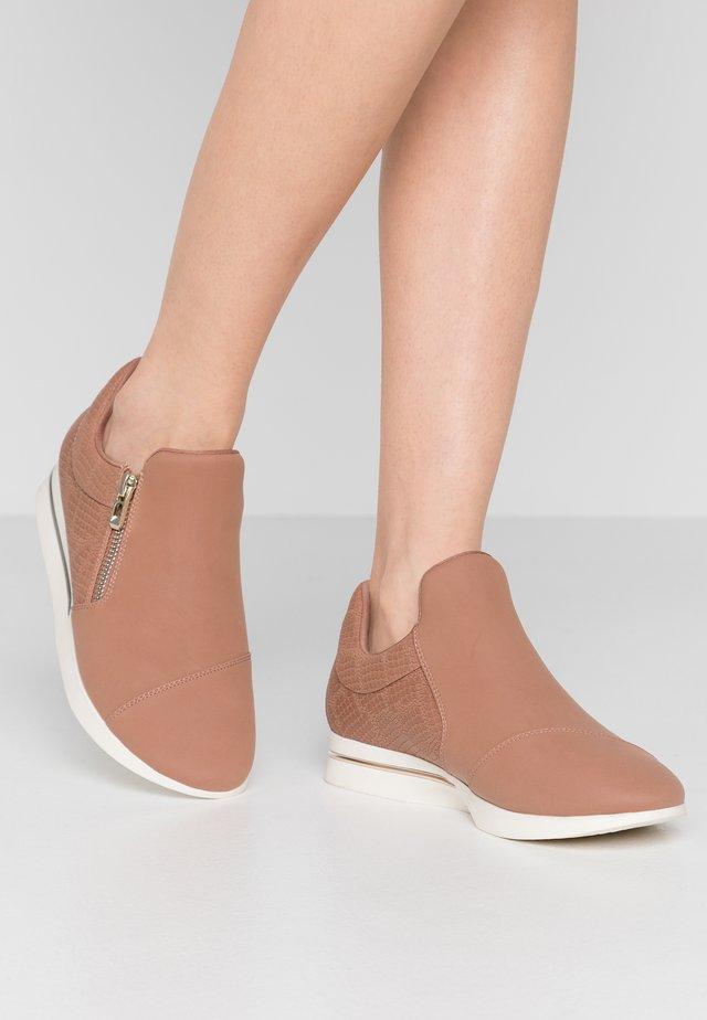 SINISE - Zapatillas - dark beige