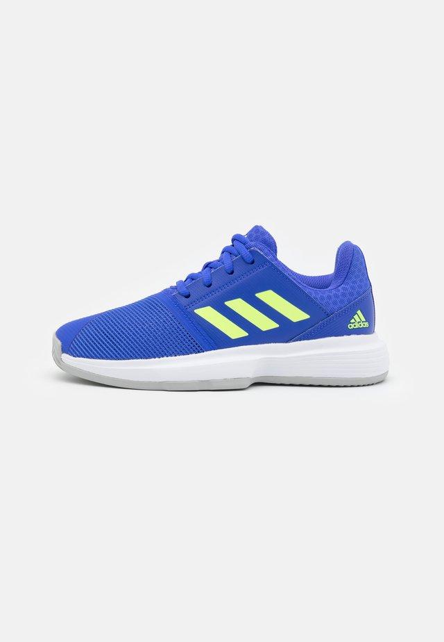 COURTJAM XJ UNISEX - Multicourt tennis shoes - sonic ink/signal green/footwear white
