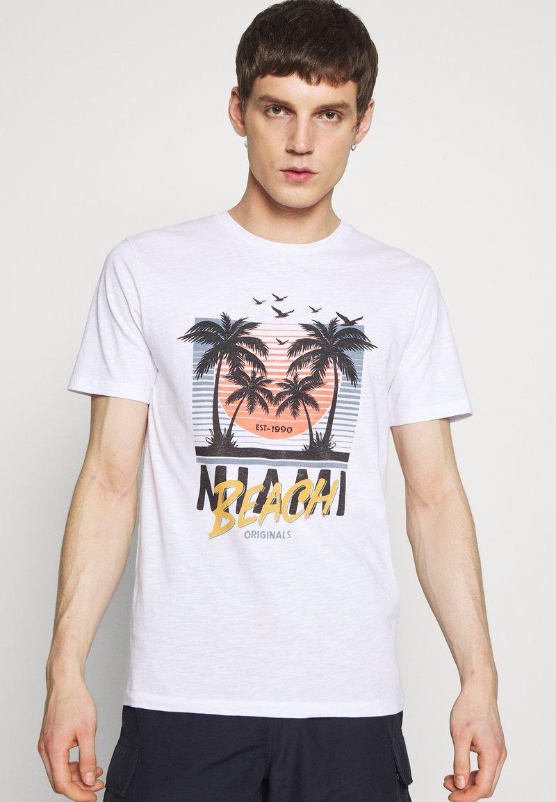Jack & Jones - JORKALLO TEE CREW NECK - T-Shirt print - white