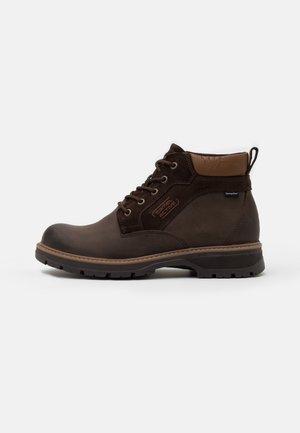 GRAVITY - Šněrovací kotníkové boty - dark brown