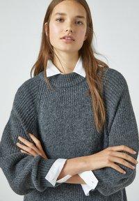 PULL&BEAR - Pletené šaty - grey - 3