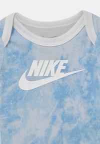 Nike Sportswear - TIE DYE FUTURA SET UNISEX - T-shirt z nadrukiem - light blue - 2