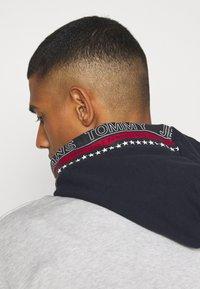 Tommy Jeans - CONTRAST HOOD GRAPHIC HOODIE UNISEX - Sweatshirt - twilight navy/silver grey - 5