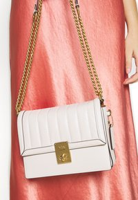 Coach - SOUFFLE QUILTING HUTTON SHOULDER BAG - Kabelka - chalk - 1