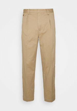 STRETCH SLIM TAPERED FIT PLEATED PANT - Pantalon classique - boating khaki
