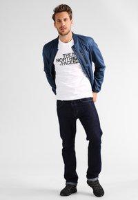 The North Face - WOODCUT DOME TEE - T-shirt z nadrukiem - white/black - 1