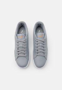 Puma - SMASH UNISEX - Sneakers laag - quarry/white/team gold - 3