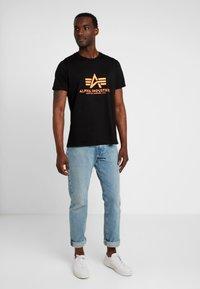 Alpha Industries - RAINBOW  - Print T-shirt - black /neon orange - 1