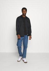Tommy Hilfiger - MODERN ESSENTIALS PANELED TEE - T-shirt - bas - black - 1