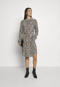 Object - OBJBAY DRESS REPEAT - Shirt dress - humus/new animal - 1