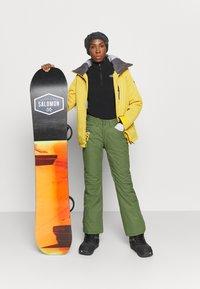 Roxy - BACKYARD - Zimní kalhoty - bronze green - 1