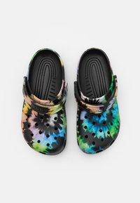 Crocs - CLASSIC TIE DYE GRAPHIC UNISEX - Mules - multicolor/black - 3