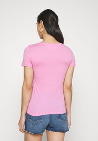 Tommy Jeans - ESSENTIAL LOGO TEE - T-shirt imprimé - pink daisy - 2