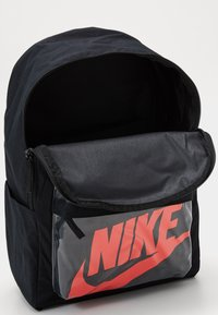 Nike Sportswear - HERITAGE 2.0 - Rucksack - black/laser crimson - 2