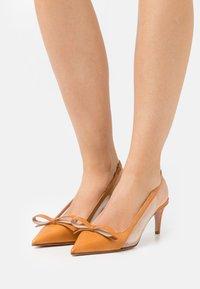 Red V - Classic heels - camel - 0