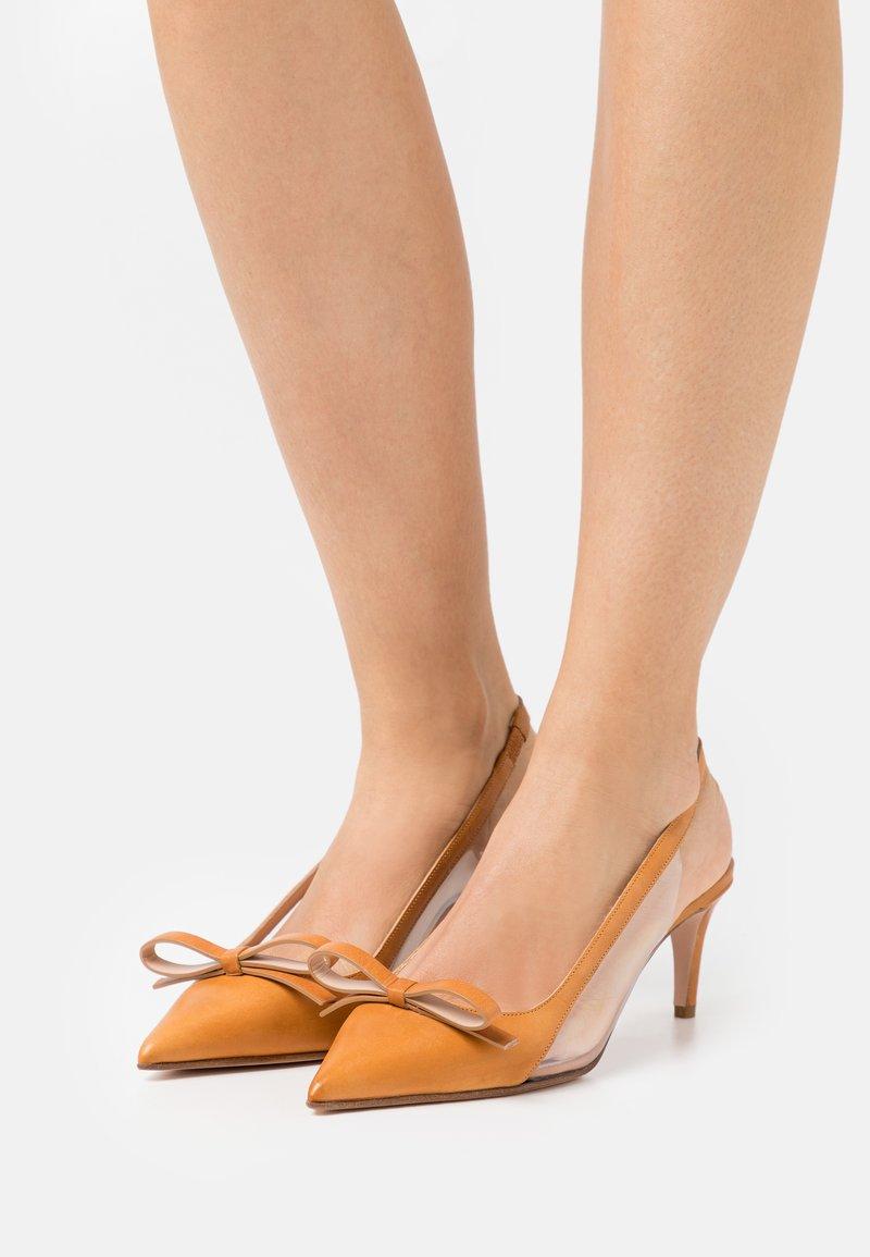 Red V - Classic heels - camel