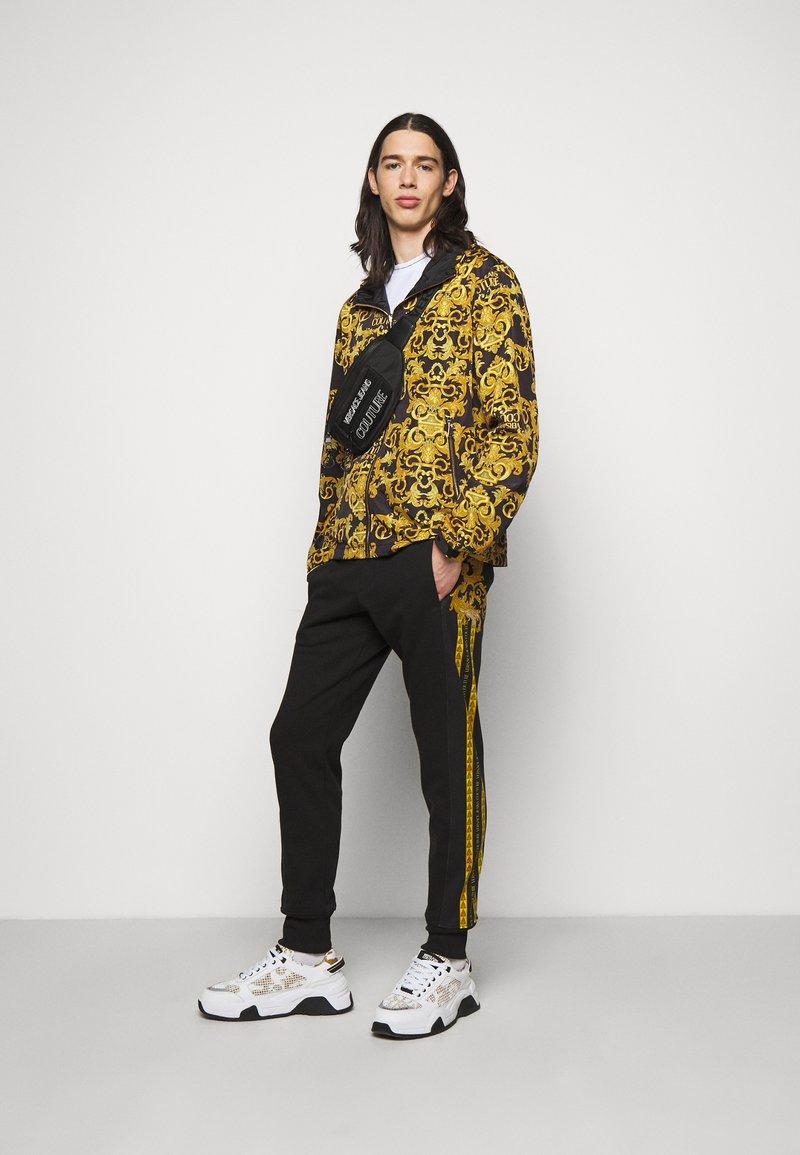Versace Jeans Couture - UNISEX - Riñonera - black