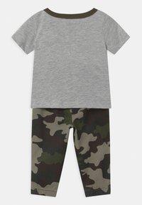Levi's® - SET - Trousers - khaki/grey - 1