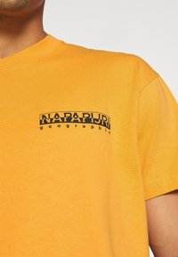 Napapijri The Tribe - YOIK UNISEX - Print T-shirt - yellow solar - 5