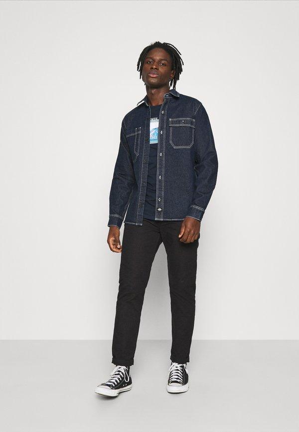 Jack & Jones JORWHERE TEE CREW NECK - T-shirt z nadrukiem - navy blazer/granatowy Odzież Męska YYOL