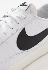Nike Sportswear - BLAZER - Baskets basses - white/black - 5