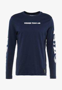 Nike Performance - DRY RUN SEASONAL  - Camiseta de deporte - obsidian/white - 5
