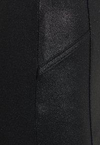 Pieces Petite - PCSKIN PARO GLITTER SKIRT  - Pouzdrová sukně - black - 2