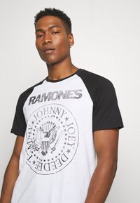 Only & Sons - ONSRAMONES FRONT PRINT TEE - T-shirt con stampa - white - 3