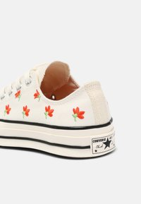 Converse - CHUCK 70 EMBROIDERED GARDEN PARTY - Trainers - egret/bright poppy/black - 7