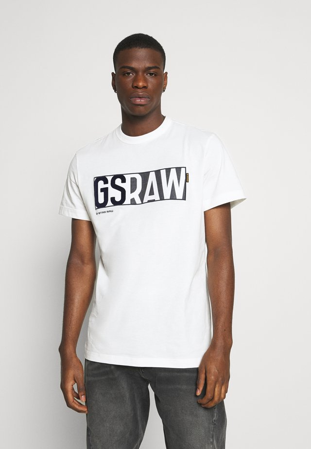 GS RAW DENIM LOGO + ROUND SHORT SLEEVE - Camiseta estampada - compact jersey o peach - milk