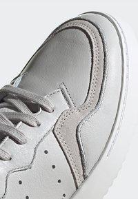 adidas Originals - SUPERCOURT - Sneakersy niskie - grey one/crystal white - 7