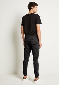 Jack & Jones - JJIPAUL JJFLAKE - Pantalon cargo - black - 2