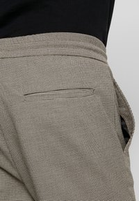 Only & Sons - ONSLINUS CHECK PANT - Trousers - chinchilla - 4