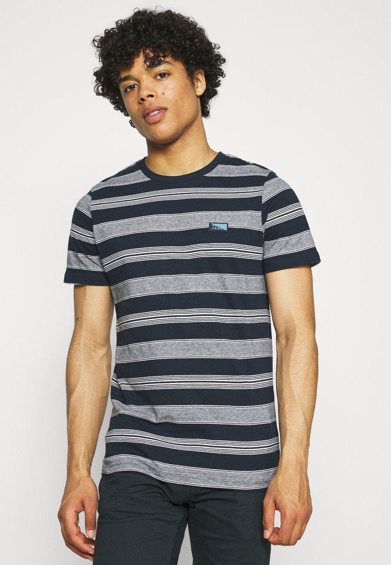 Jack & Jones - JCOFLAME TEE CREW NECK - Print T-shirt - navy blazer