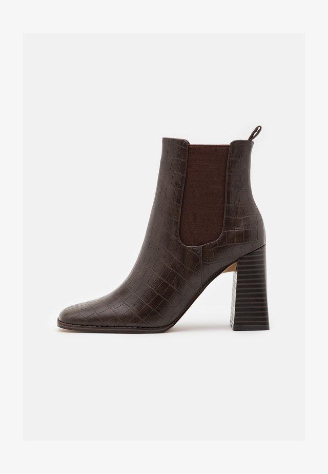 FLARED BLOCK HEEL BOOTS - Enkellaarsjes met hoge hak - brown