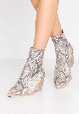 SHANTA - Cowboy/biker ankle boot - stone