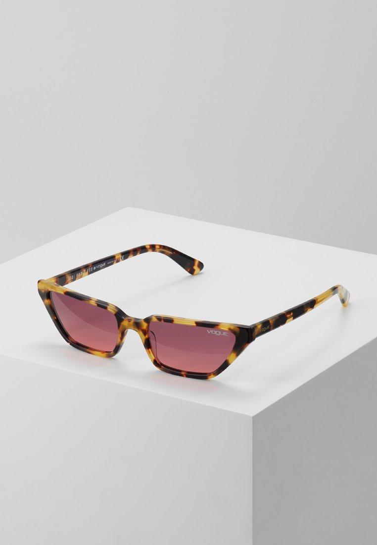 VOGUE Eyewear - GIGI HADID - Aurinkolasit - brown yellow tortoise