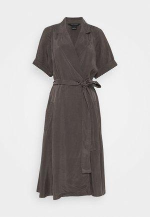 TRENCH DRESS - Denní šaty - mole