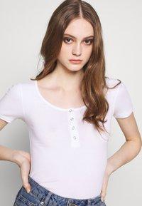 Pieces - NOOS  - Print T-shirt - bright white - 3