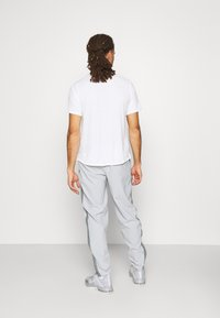 Nike Performance - RUN STRIPE PANT - Træningsbukser - light smoke grey/smoke grey/reflective silver - 2