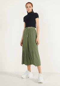 Bershka - MIT WEITEM BEIN - Pantalon classique - green - 1
