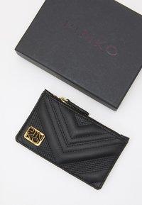 Pinko - AIRONE CREDIT CARD HOLDER QUILT - Peněženka - black - 3