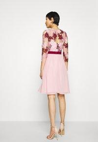Chi Chi London - SUTTON DRESS - Sukienka koktajlowa - pink - 2