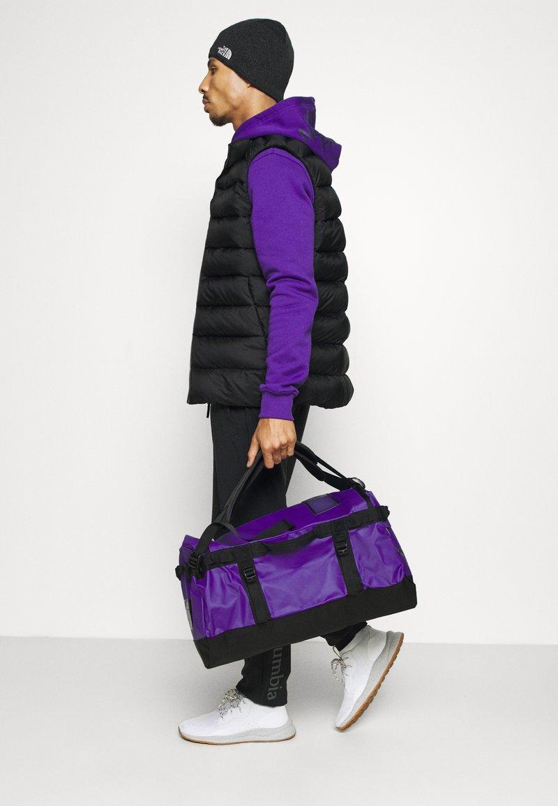 The North Face - BASE CAMP DUFFEL S UNISEX - Sports bag - peak purple/black