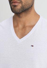 Tommy Jeans - ORIGINAL TRIBLEND V-NECK TEE REGULAR FIT - Basic T-shirt - classic white - 4