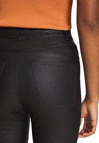 Vero Moda - VMSOPHIA SKINNY BIKER COATED  - Jeans Skinny Fit - black/coated - 7