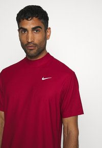 Nike Golf - DRY POLO MOCK AIR - Triko spotiskem - gym red/black/white - 3