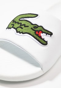 Lacoste - CROCO SLIDE - Slip-ins - white/green - 5