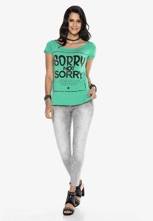 MIT RÜCKENDEKOLLETÉ - Print T-shirt - Grün