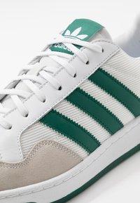 adidas Originals - TEAM COURT - Baskets basses - footwear white/collegiate green - 5